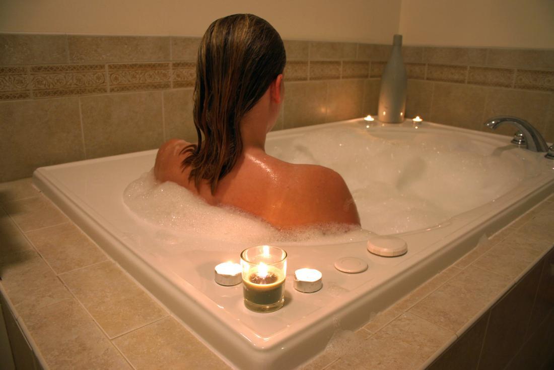 Un bain chaud peut apporter confort et soulagement de certaines douleurs.