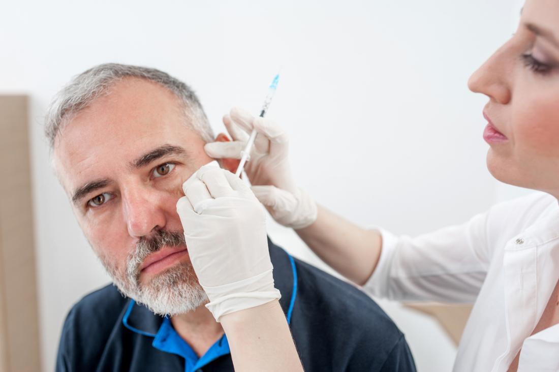homem tendo injeção de botox para enfrentar