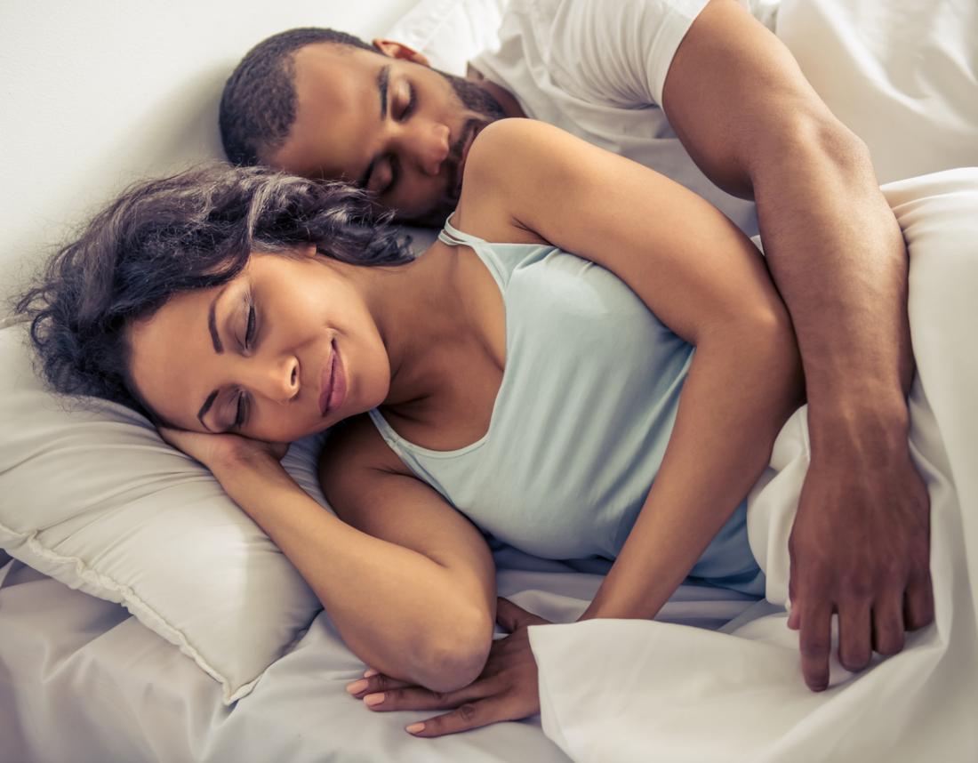 Người đàn ông và người phụ nữ đang ngủ trên giường