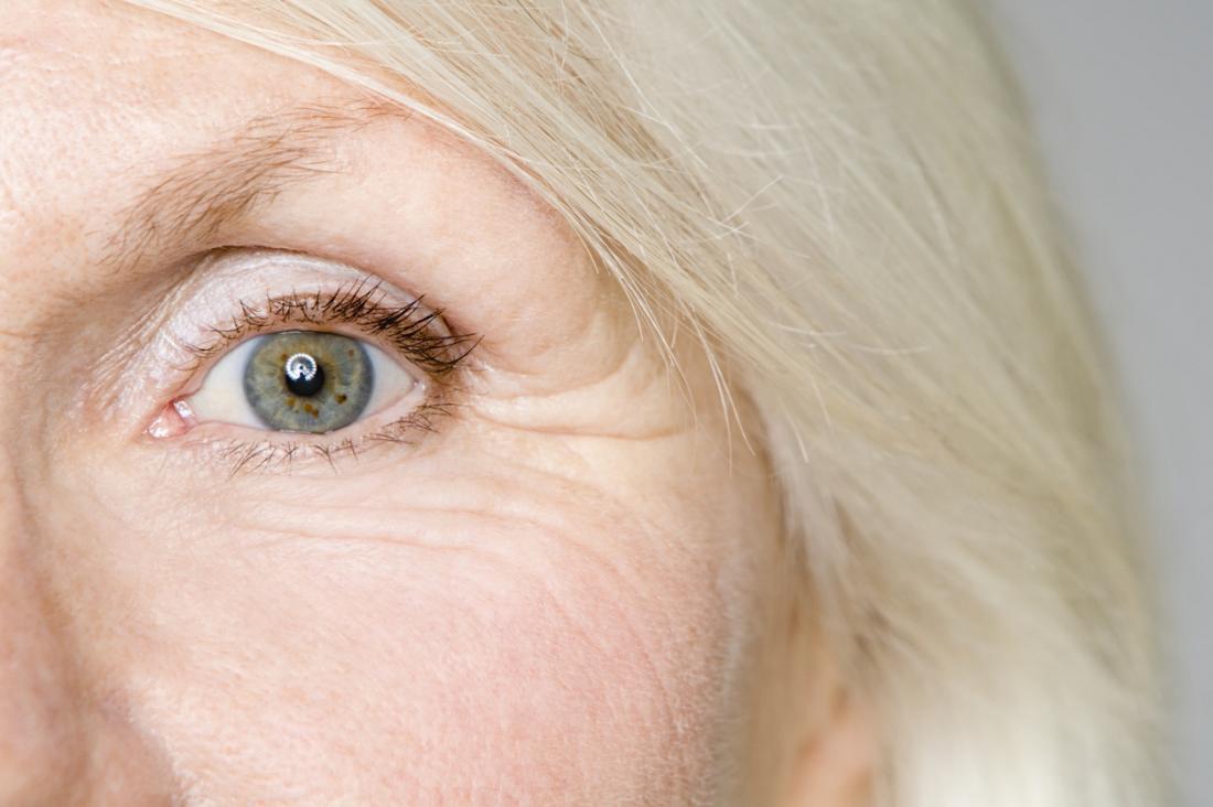 une fermeture de l'oeil d'une femme plus âgée