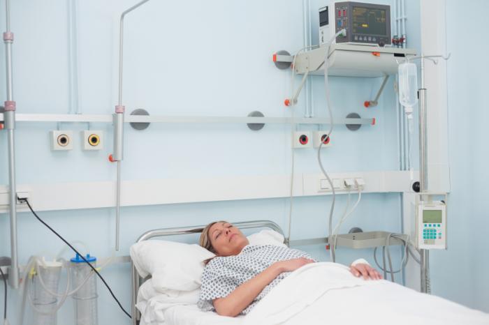 病院のベッドの昏睡状態の女性。