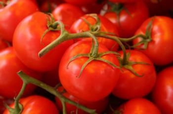 ブドウの上にトマトの束。