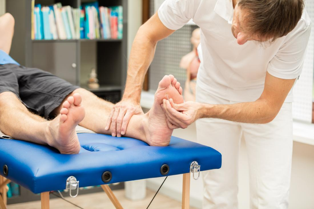 Doutor, verificar, um, pacientes, pés