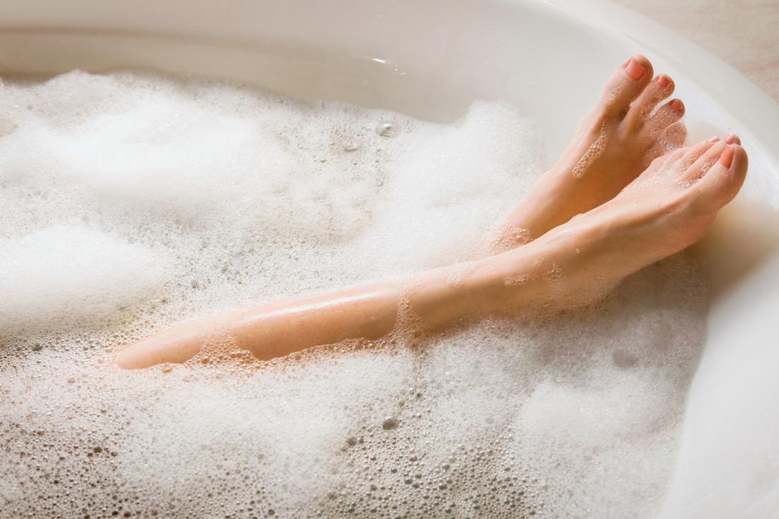 senhora tomando banho