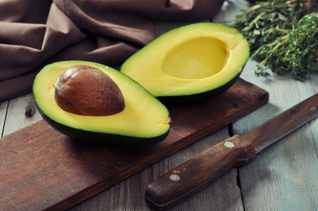 Avocado aufgeschnitten, was das Insulin senken kann