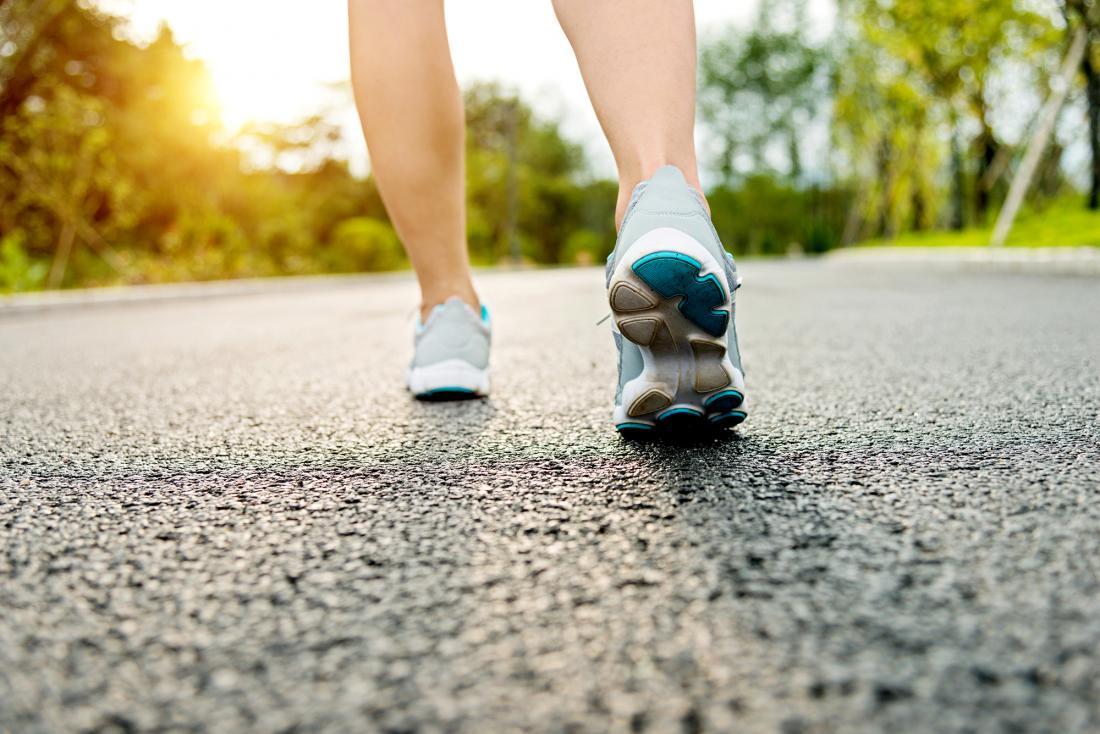 pessoa correndo ao longo de uma estrada