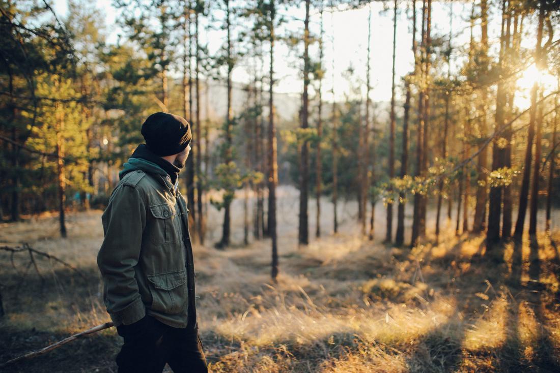 パニック発作を治療するために屋外で孤立して歩いている男。