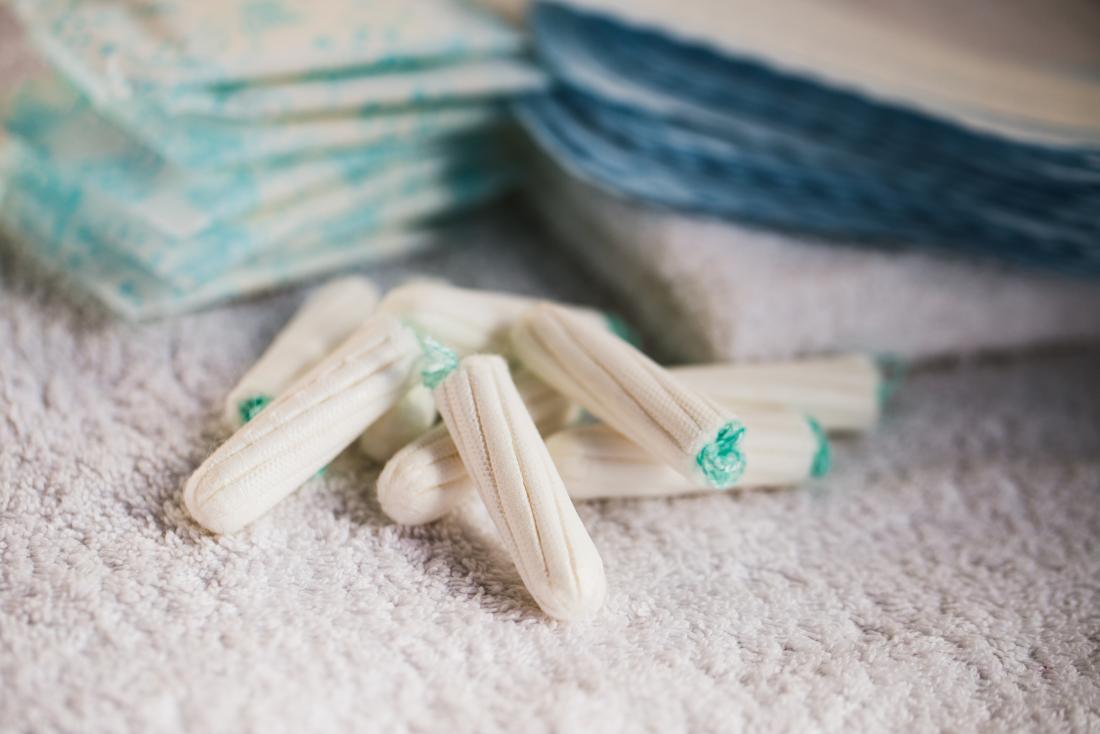 Produkty menstruacyjne, w tym tampony i podpaski higieniczne ułożone w stos