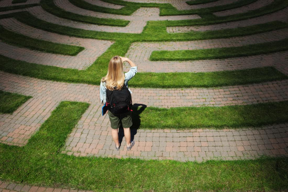 donna che sta uscendo da un labirinto