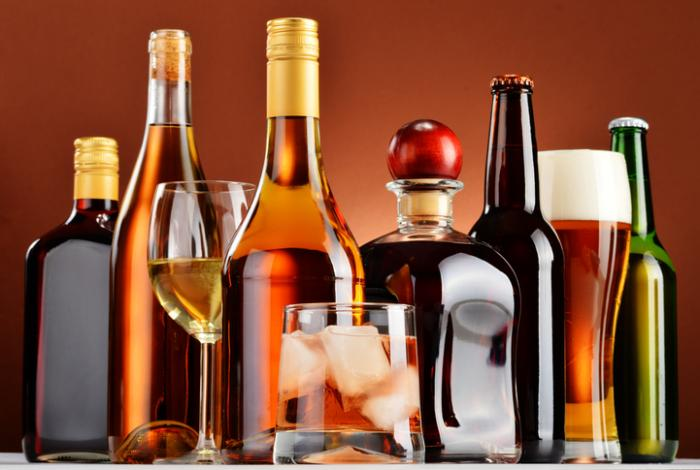 différentes bouteilles d'alcool