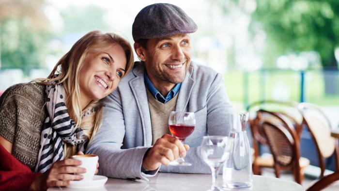 couple appréciant le café et l'alcool