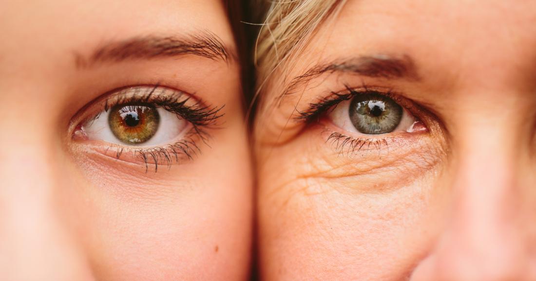 若い女性と年配の女性が顔を並べています。