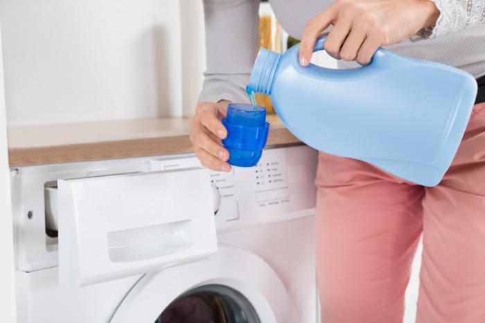 [жената излива пералня]