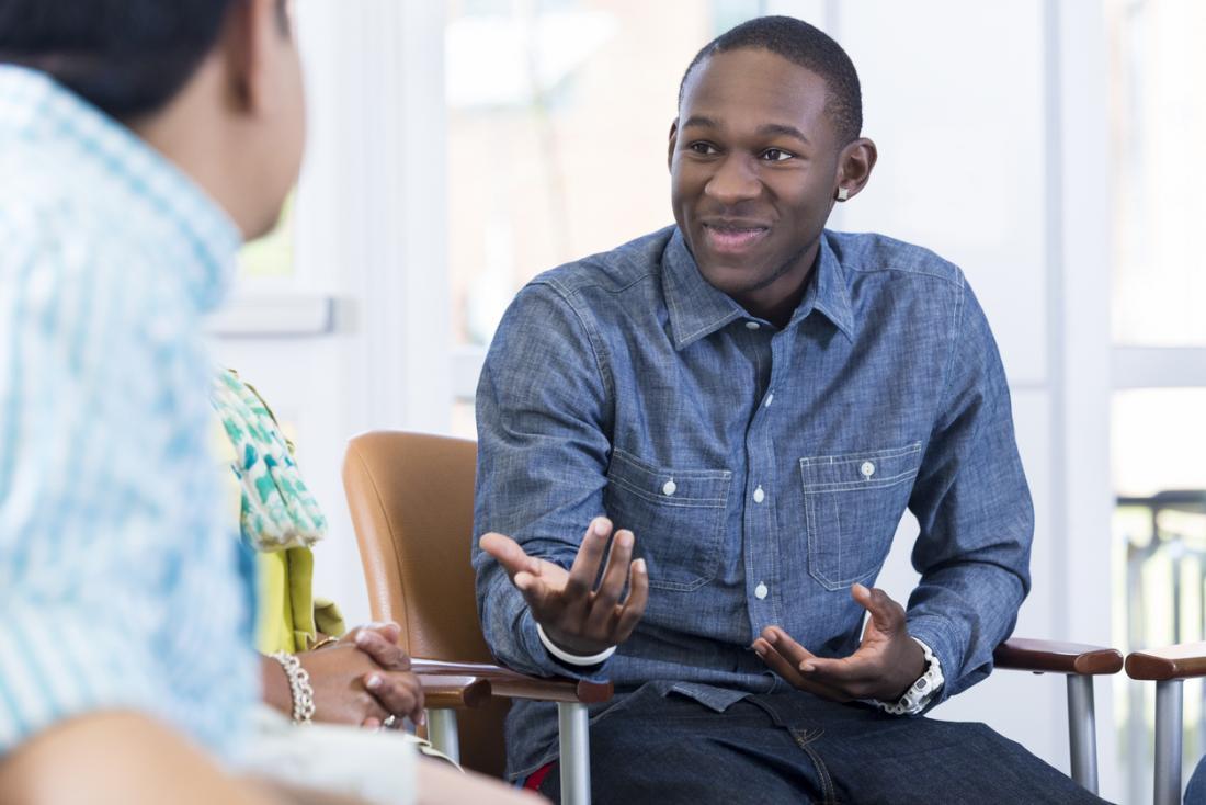 Homem falando com o terapeuta durante a sessão de aconselhamento.