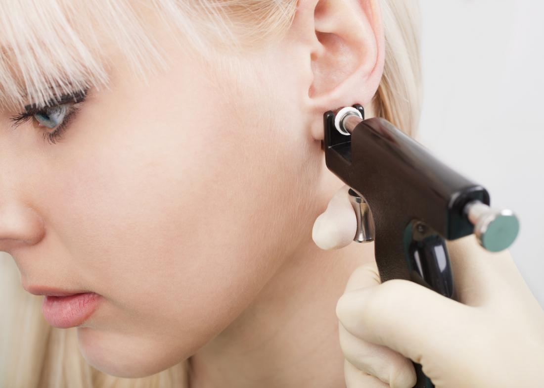 耳を持つ女性が耳を突き刺す