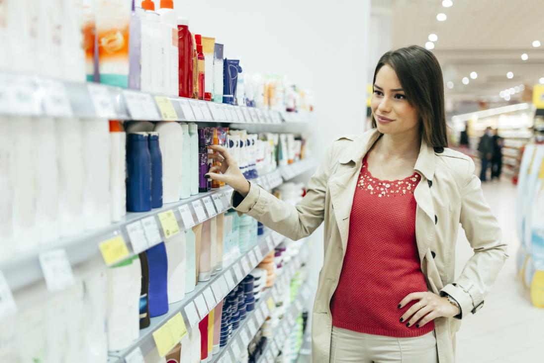 mulher às compras de produtos
