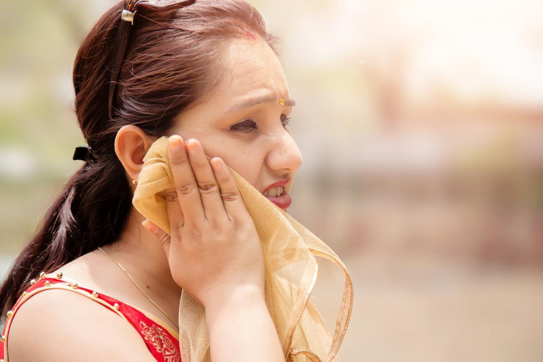 Mulher fora da sudorese gustativa ou síndrome de Frey