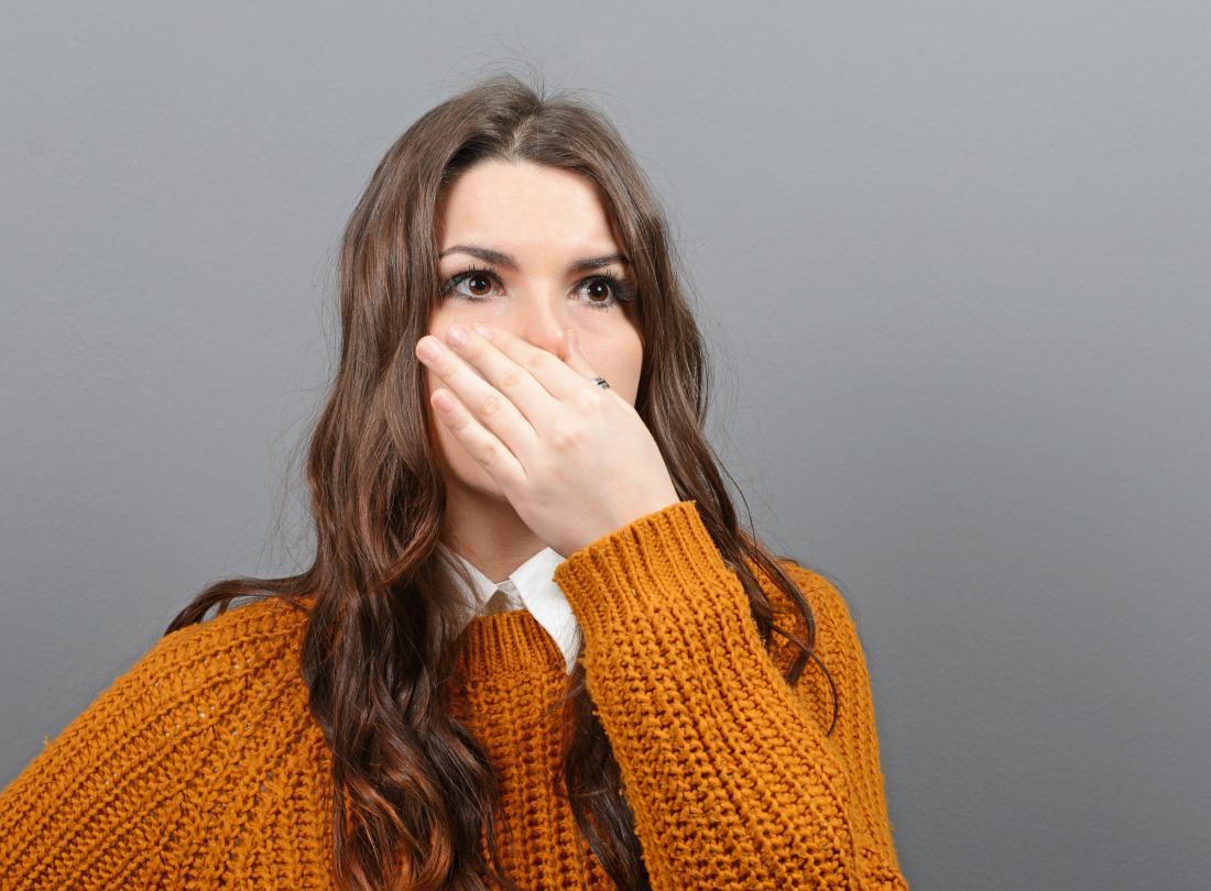 donna che tiene il naso a causa di scoregge puzzolenti