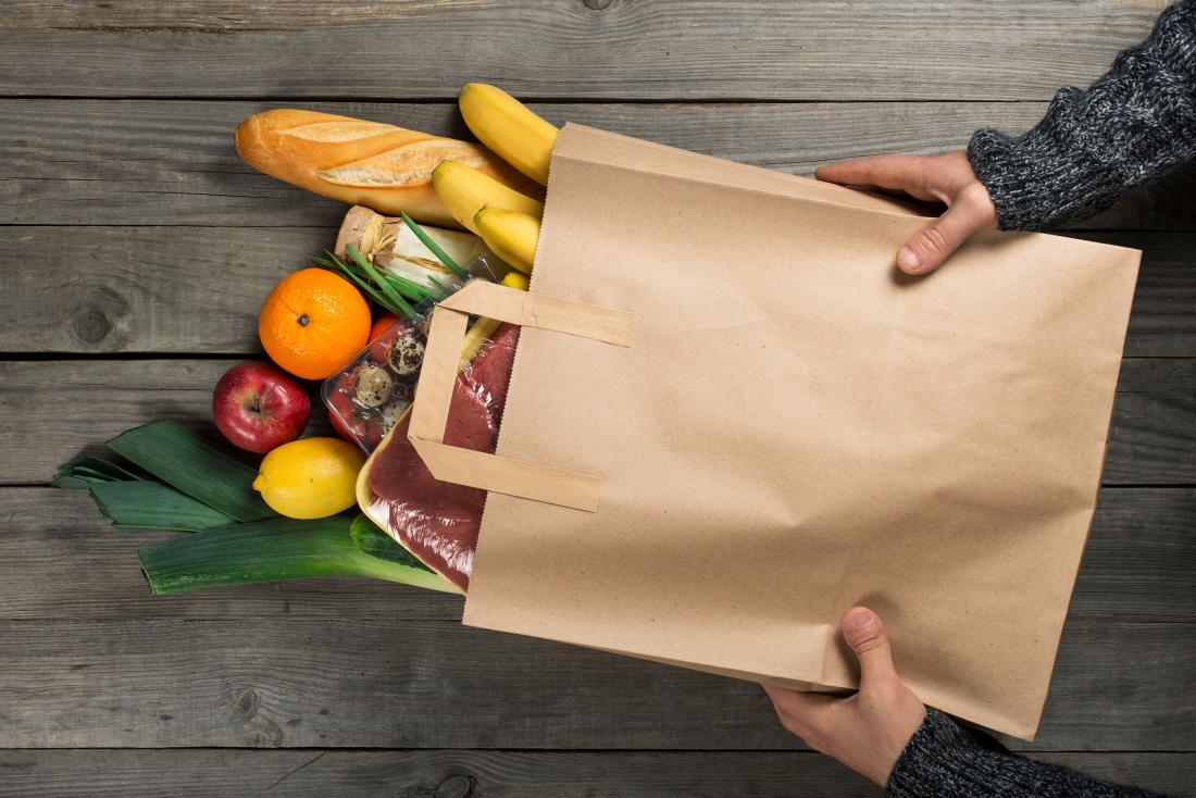 sacchetto di carta pieno di cibi sani
