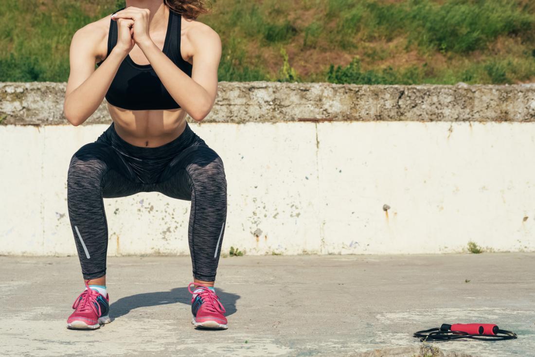 Kniebeugen sind eine hervorragende Möglichkeit, die Hüftmuskulatur zu stärken.