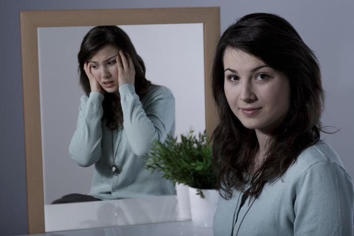 Zwei Bilder einer Dame, die verzweifelt und normal aussieht.