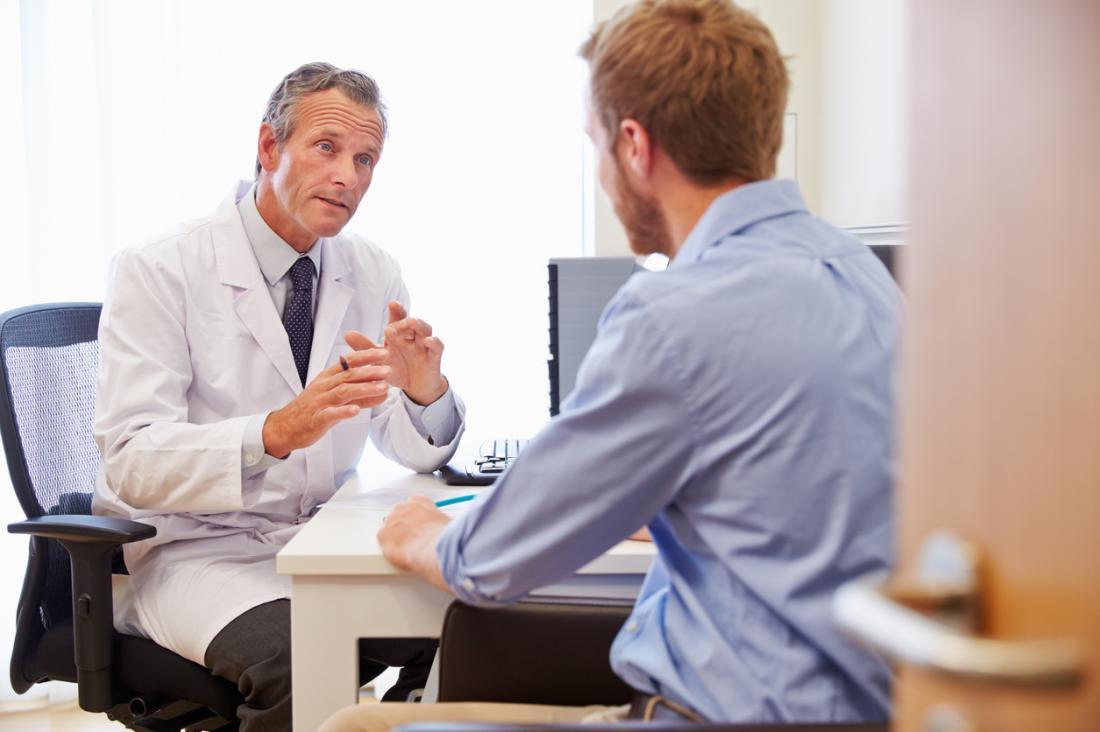 Dottore in discussione con il paziente