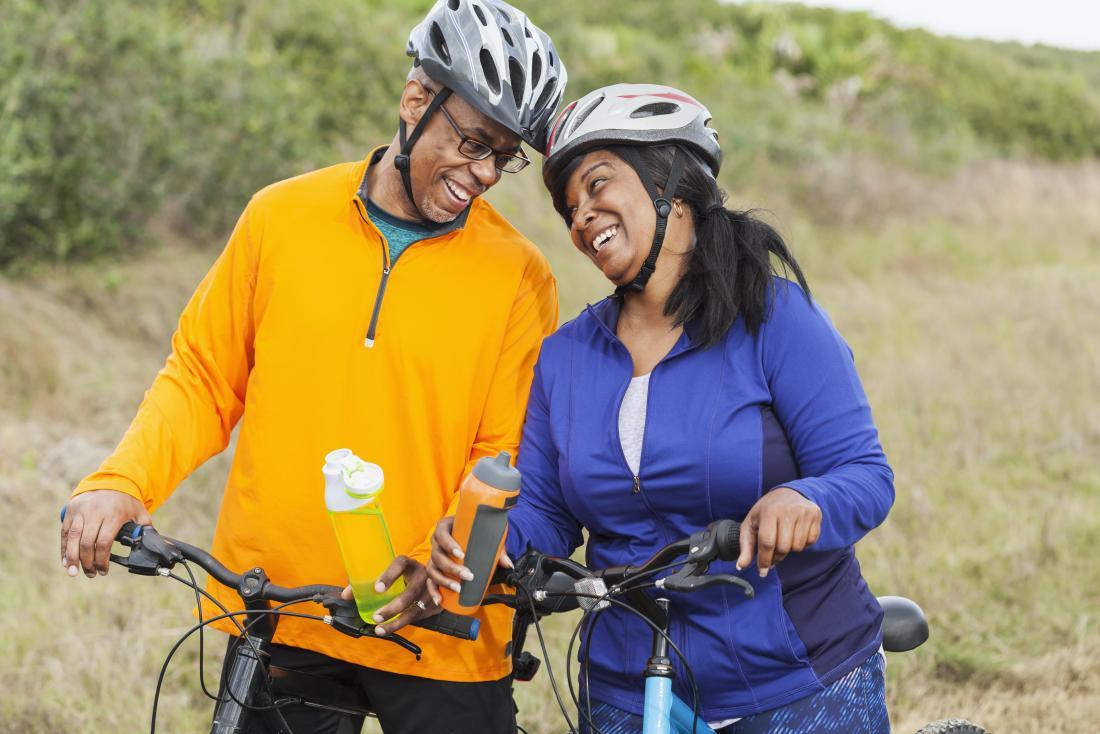 couple d'âge moyen bénéficiant d'une balade à vélo