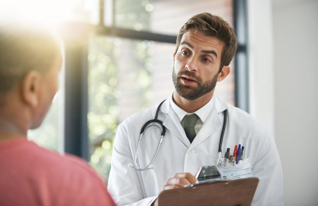 Bác sĩ nam nói với bệnh nhân nam.