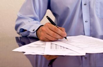 ein Mann, der Papierkram macht
