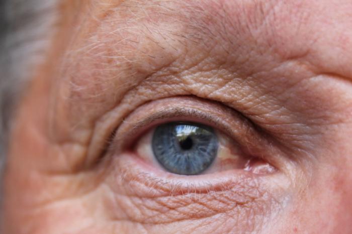 Затваряне на старши очи.