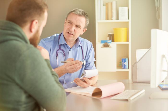医者が患者のオフィスで話す