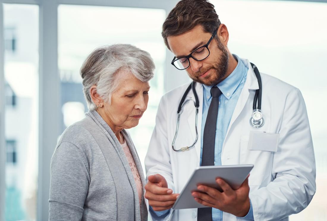 心不全の診断後の平均余命は、多くの要因に依存する。医者に聞いている高齢女性は結果を説明します。