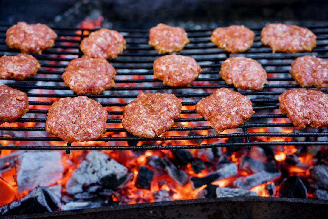 Fleisch auf einem Grill kochen