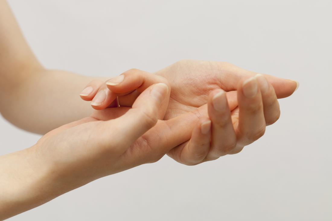 Femme avec un doigt écrasé dans la paume.