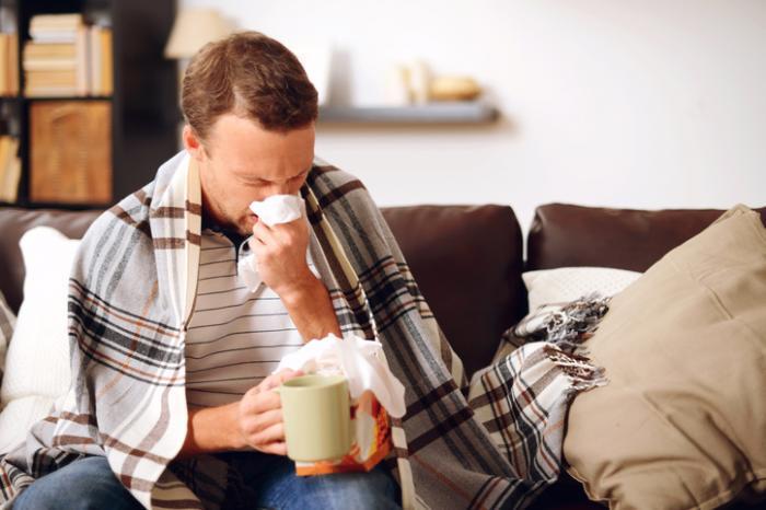 Un uomo con un raffreddore