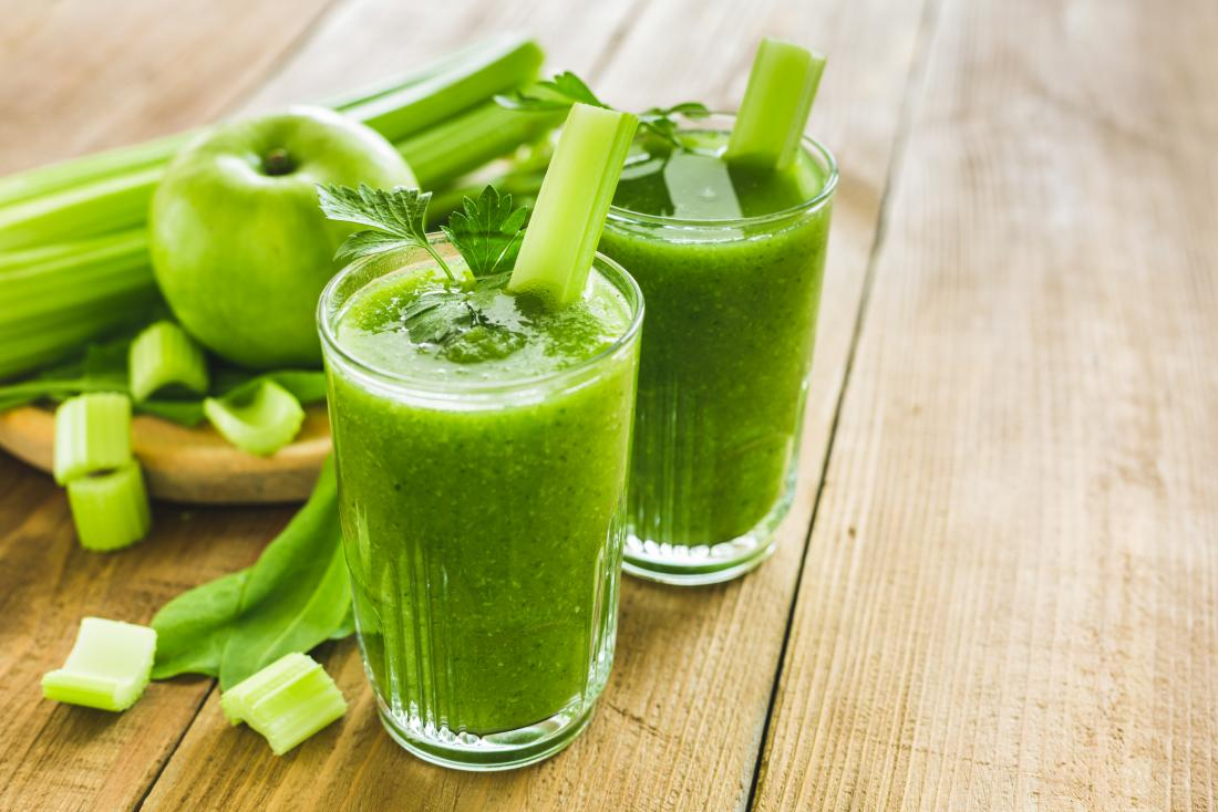 11 manières de perdre dix livres dans une semaine montrée par la pomme verte et le smoothie de céleri.