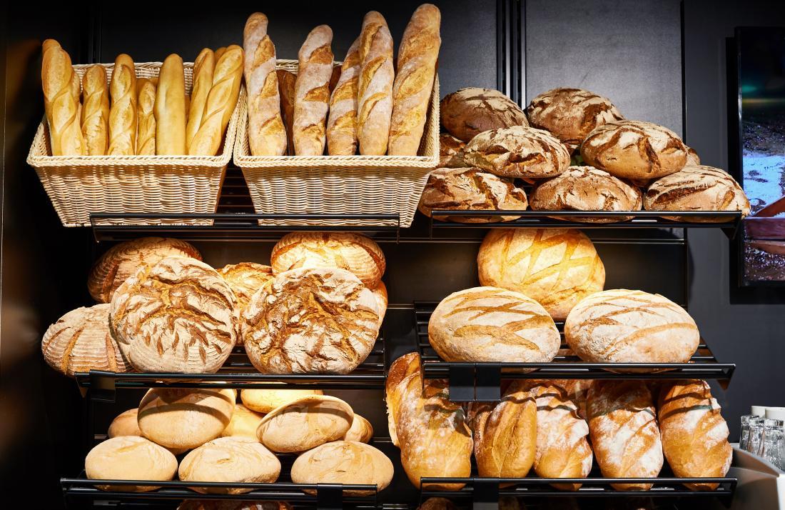 Tas de pain en boulangerie.