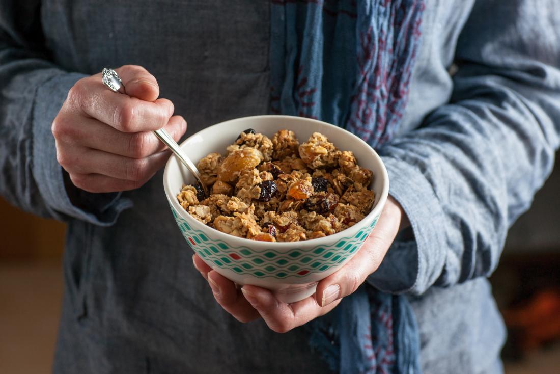 Người có quá nhiều chất xơ trong chế độ ăn uống của họ ăn một bát ngũ cốc