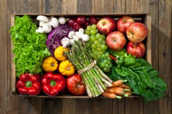 Una scatola piena di frutta e verdura.