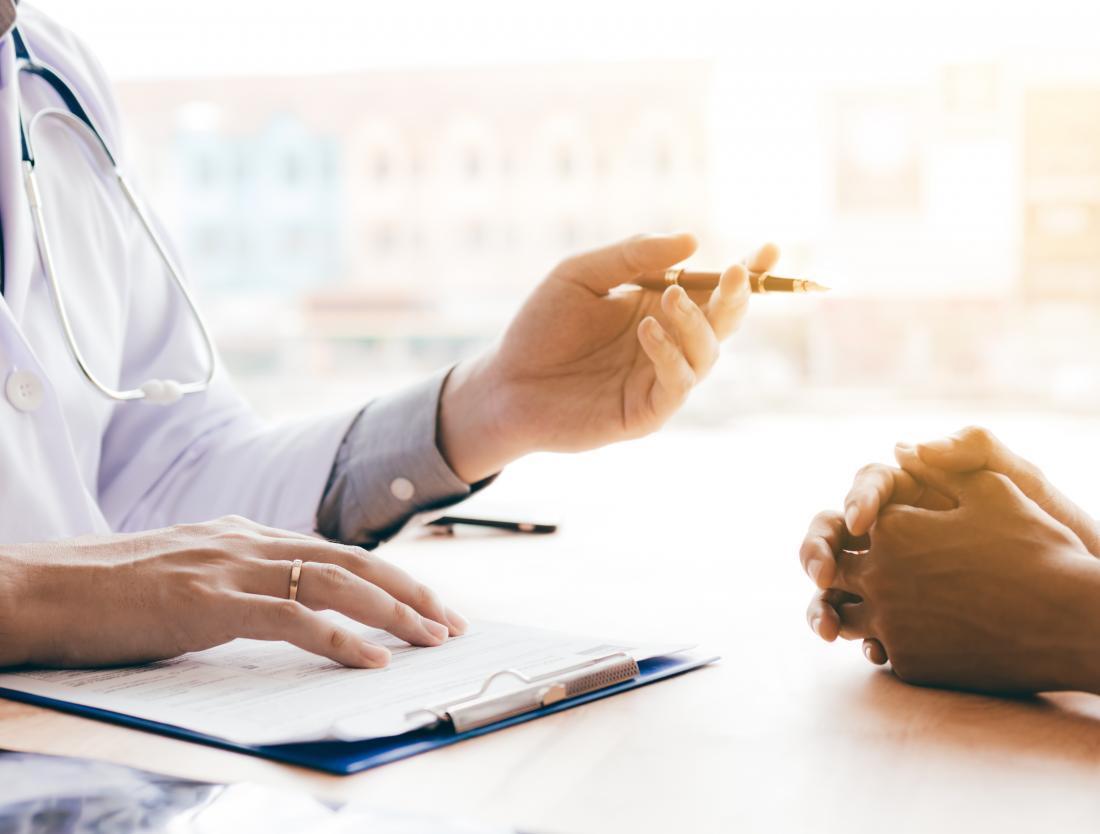 anal cilt etiketleri hakkında hastayla konuşan doktor