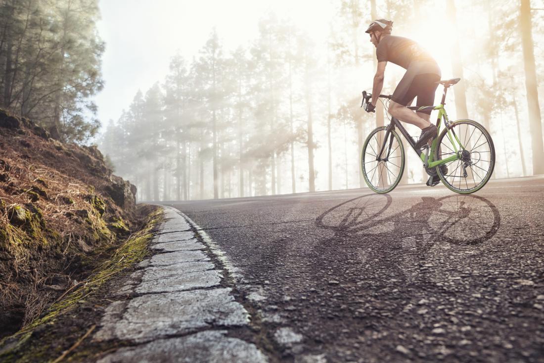 adam yolda bisiklet