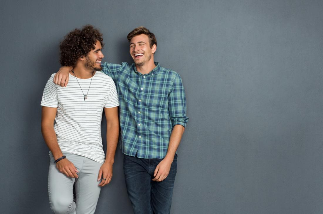 zwei Männer umarmen