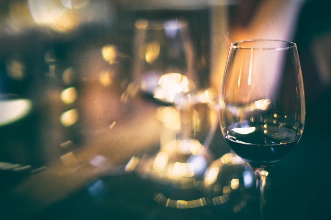 Чаша вино на преден план