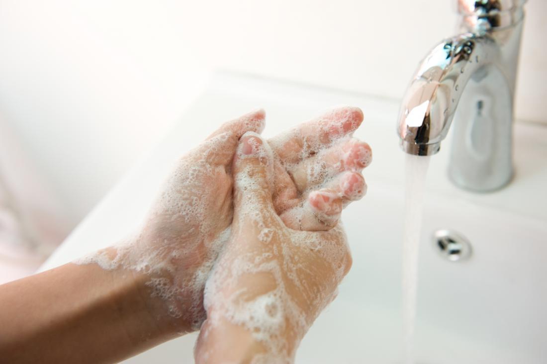 彼女の手を石鹸と水で洗う女性