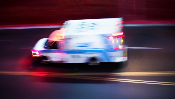 Ein Krankenwagen fährt vorbei.