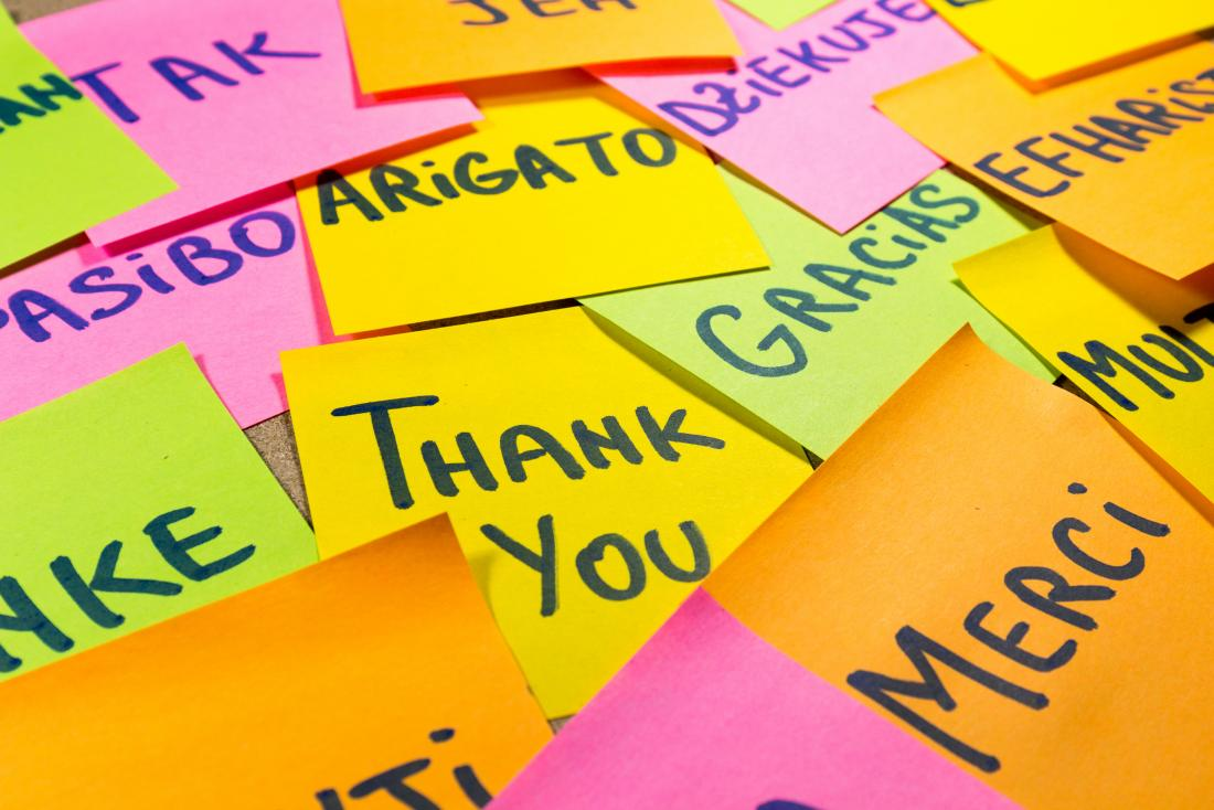 Post-it com agradecimento escrito em diferentes idiomas