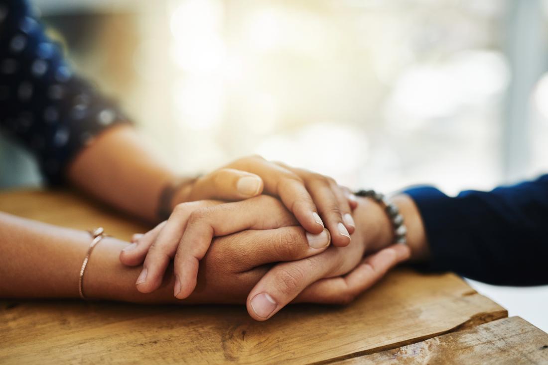 Person, die Hand hält