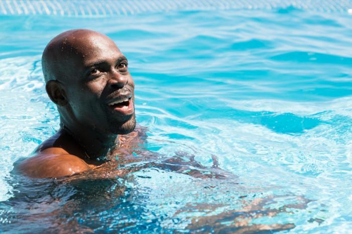Một người đàn ông đang bơi.