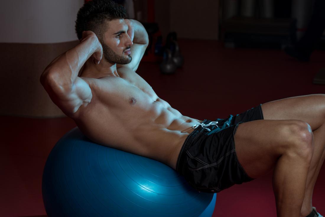 Homem, fazendo, exercício, bola, crunches