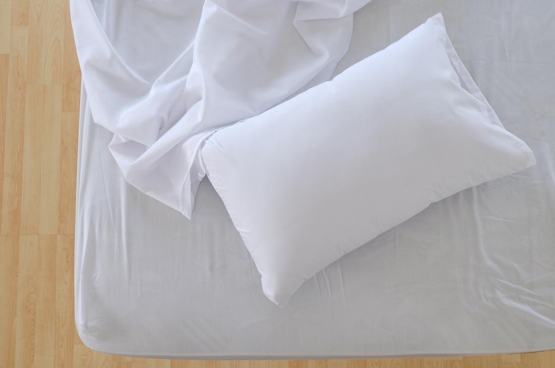 Propre, taie d'oreiller blanche et draps de lit.